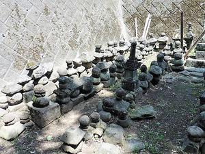 井上家墓地の宝篋印塔 (1)