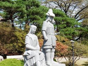 真田信之と小松姫の石像 (3)