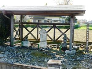 伝新田義重の墓