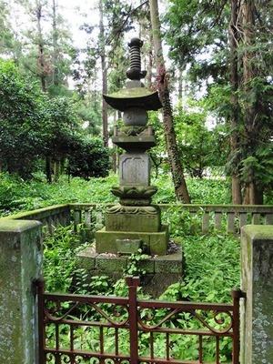 岩松守純・豊純父子の供養塔 (1)