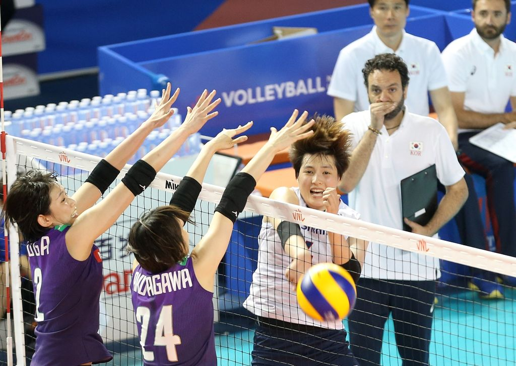 Koreas4HeejinKimspikestheball