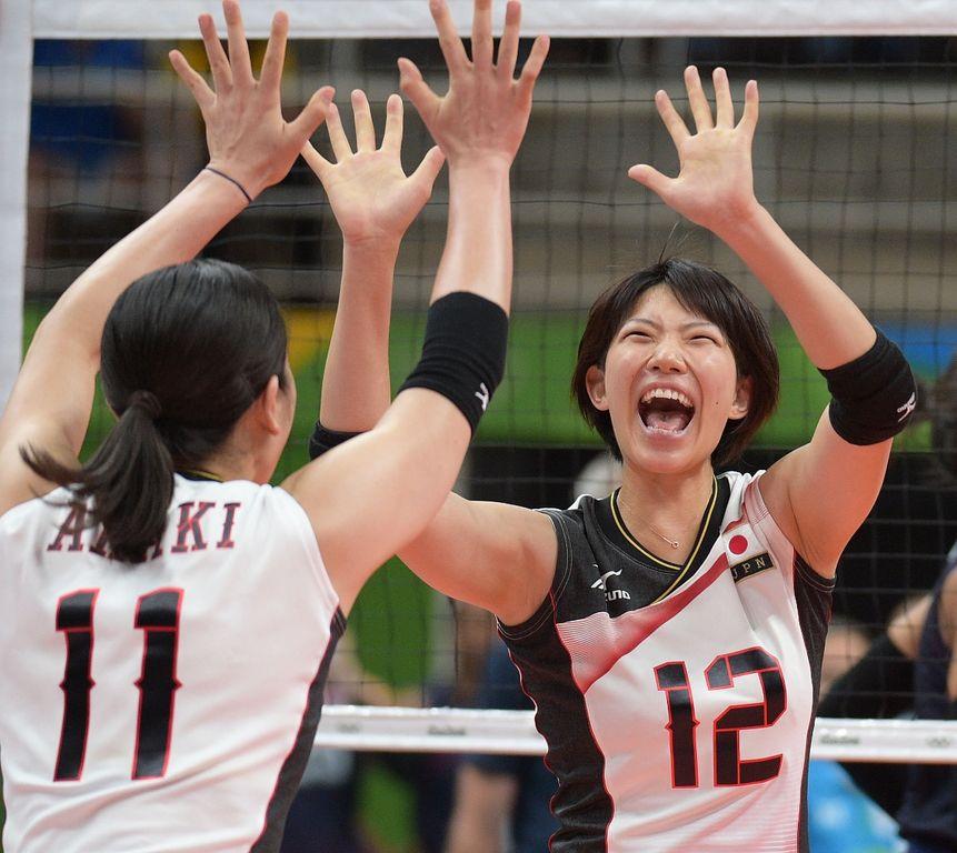 YukiIshiiofJapangreetsteammateErikaArakiafterapoint