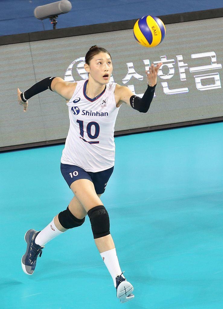 Koreas10YeonKoungKimisservingtheball
