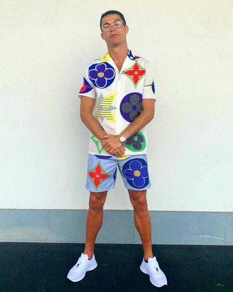 【悲報】全世界の男の頂点クリスティアーノ・ロナウドさんでも着こなせない服装