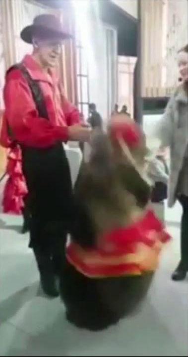【動画】タレント熊に触るなと言う警告を無視して撫でた女性タレントの末路wwww