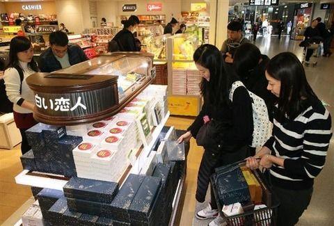 """""""関空免税店""""で中国人が『想像を超える光景を頻出させ』日本側呆然。本気で殺気立つ人が続出している模様"""
