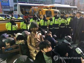 【韓国】韓国団体 釜山・日本総領事館前に少女像設置=警察とにらみ合い
