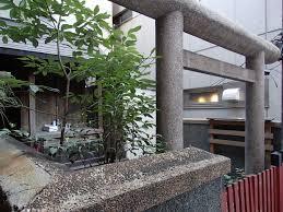 電気街にひっそり佇む…秋葉原にある隠れた神社に外国人興味津々