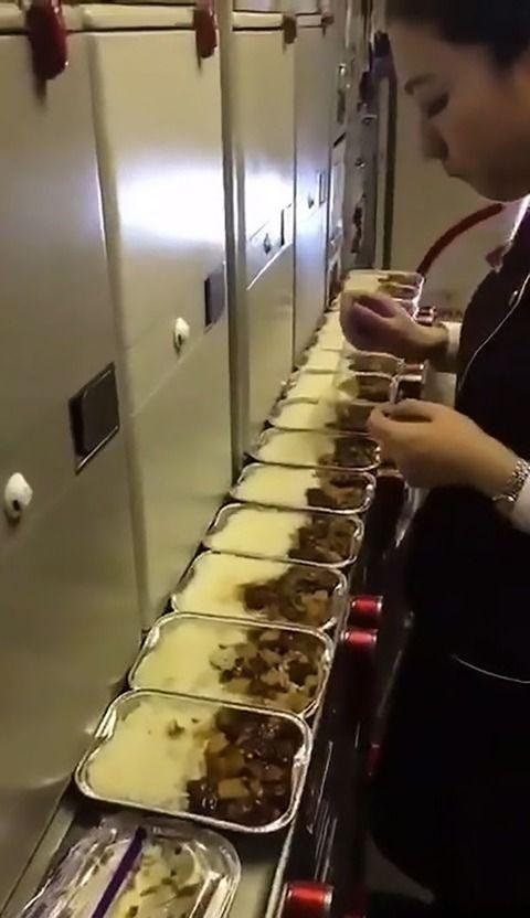 【動画】スチュワーデスが客の食事をつまみ食い