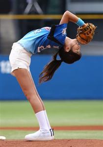 フニャン投法を披露…岡副麻希 始球式で驚異の柔軟性、大きくそれるも「気分は120点」