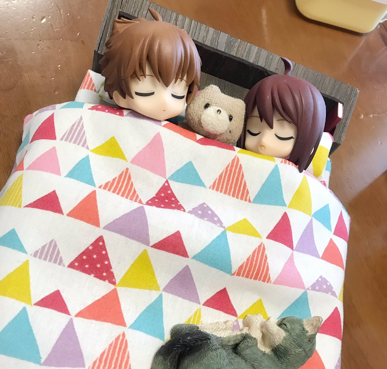 かわいいキューポッシュ,仲良くベッドで一緒に寝る,くまのグリちゃん