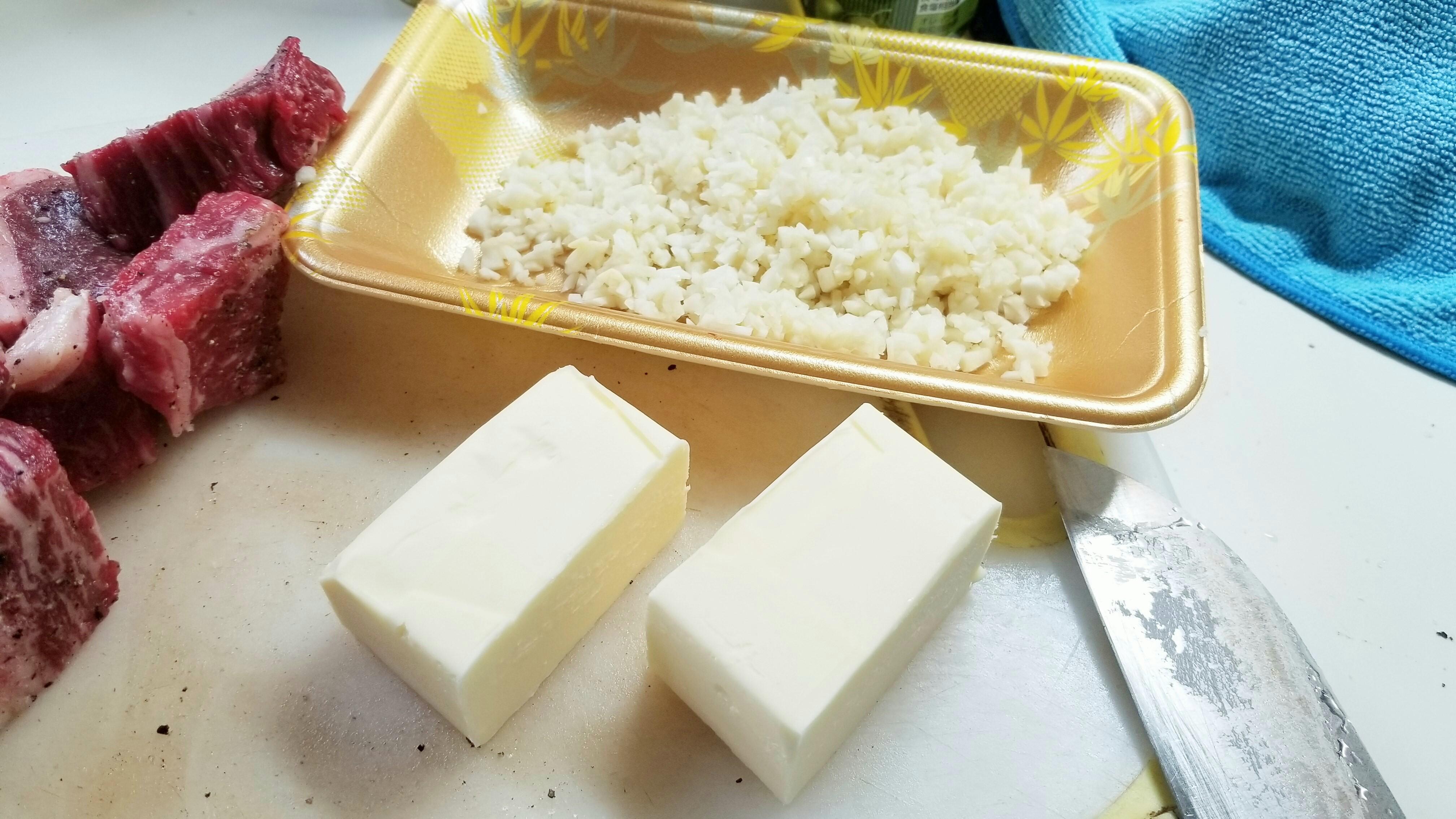ビーフシチュー作り方バターにんにくたまねぎ赤ワイン炒める下味付け