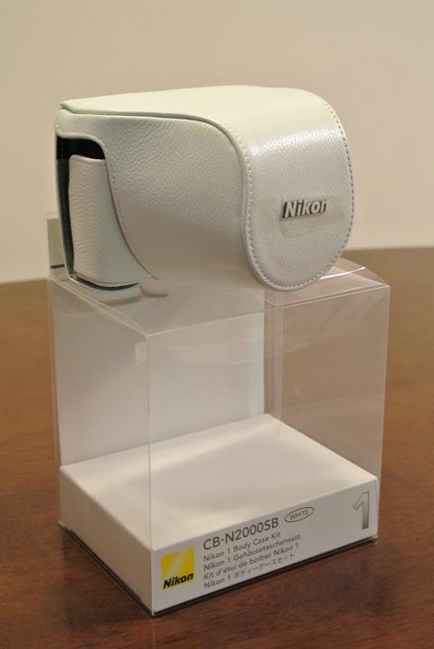 nikon純正ケース ホワイトを梱包から取り出した画像