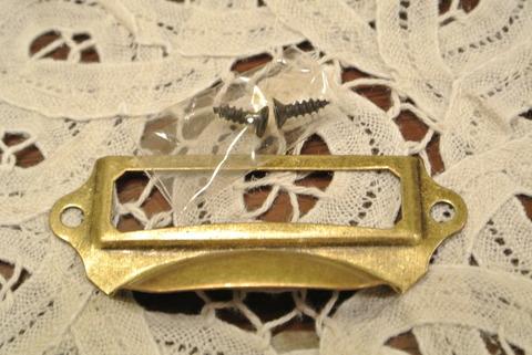 ナチュラル雑貨のオルネで購入したアンティーク調の取っ手。この取っ手は真鍮製のくすんだ金色でナチュラルな雰囲気がします。