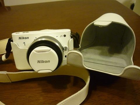 nikon純正ケースの装着例の別角度。ケース裏側はグレーの起毛加工がされていてカメラボディを保護してくれます
