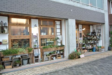 京都府八幡市のナチュラル雑貨のお店オルネの外観。お店の外にはブリキ雑貨や多肉植物などのナチュラルガーデンアイテムが陳列されていて、外観からもお店の雰囲気が伝わります。