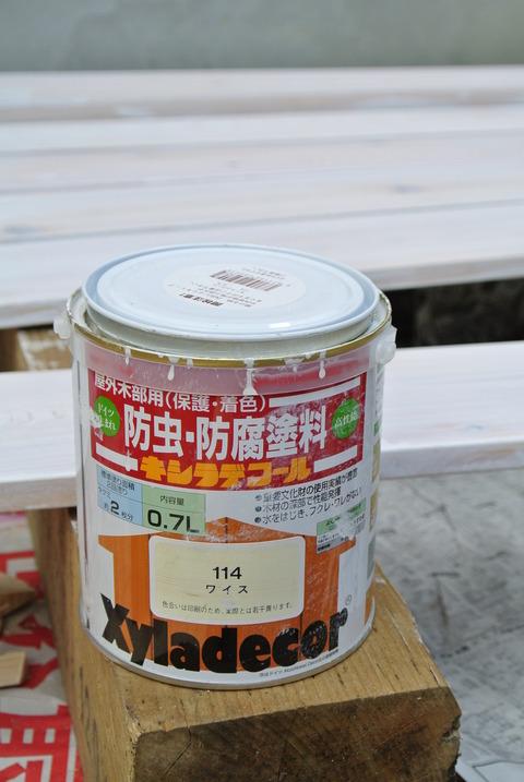 キシラデコールの家庭用、0.7リットル缶。塗布作業中に撮った写真