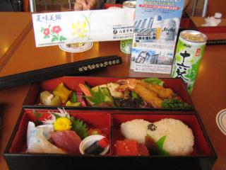 お昼のお弁当、Asahiの十六茶付