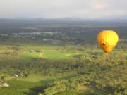 ゆらり浮かぶ熱気球