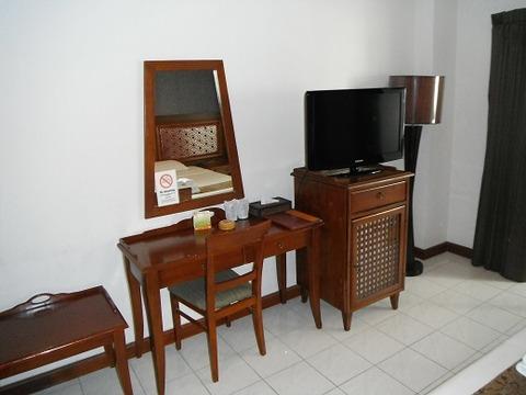 液晶テレビとデスク
