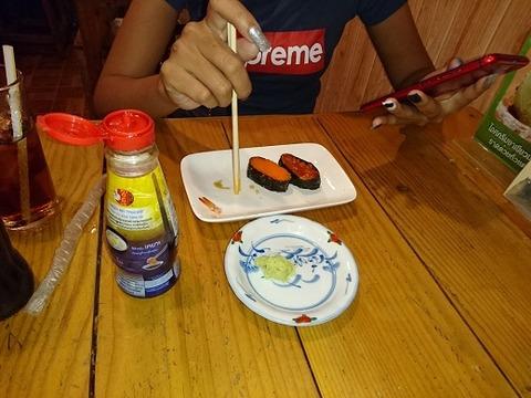寿司を食べる嬢
