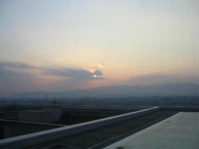 日は西山に