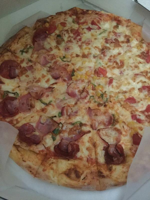 【悲報】ワイ、間違えてLサイズのピザを頼んでしまう【画像あり】
