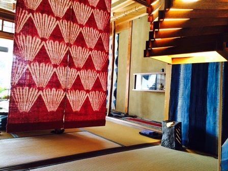 西尾さん 真ん中の赤い布