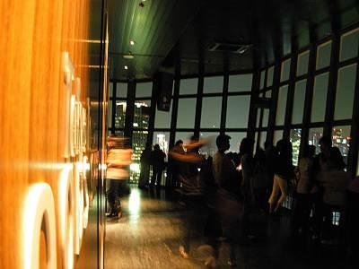 夜の東京タワー展望台の様子