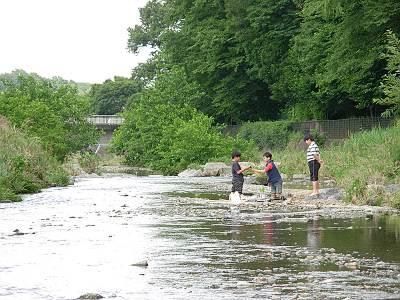 空堀川で遊ぶ子供たち