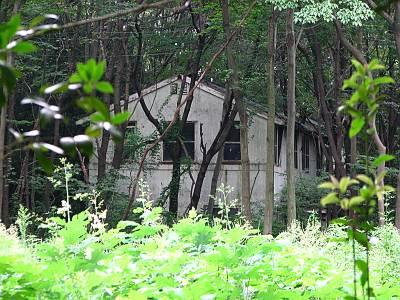 入間基地の中に見えた廃屋
