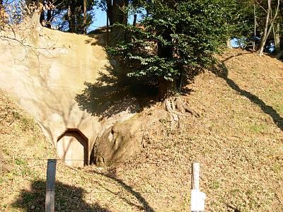 木曽呂の富士塚の胎内くぐりの穴