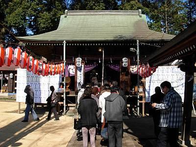 六所神社(所沢市)の初詣列(元旦昼)