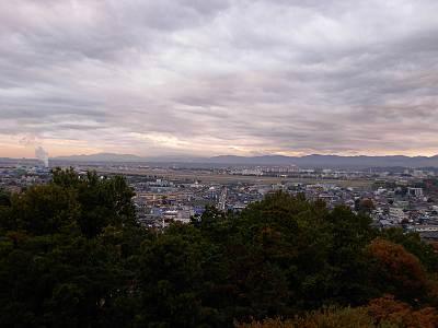 瑞穂町スカイホール展望広場からの眺望(横田基地方面)