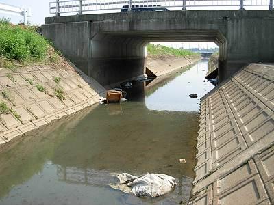 用水路もまだ水は少ない