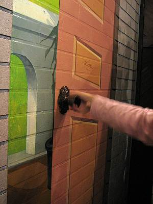 サイボクハム レストランの壁画のドアノブ