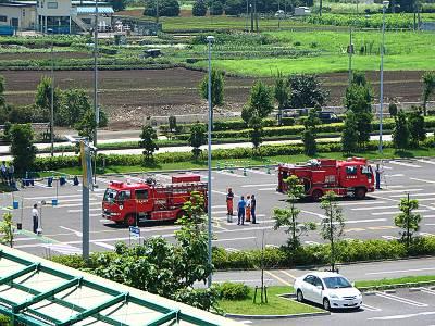 ザ・モールみずほ16の駐車場で練習する消防車