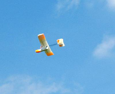 ブドウ峠を気持ち良さそうに飛ぶラジコン飛行機