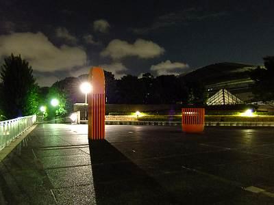 夜の東京体育館近くのモニュメント(F70EXR撮影)
