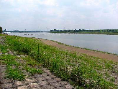 荒川彩湖公園から彩湖を望む