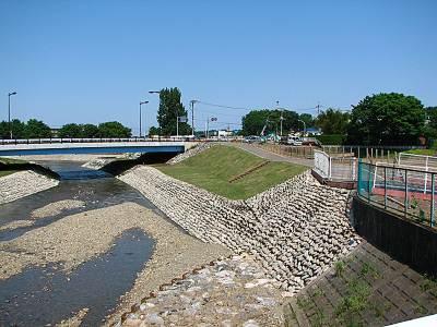 清瀬橋の新河道護岸に遊歩道
