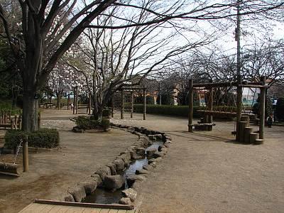 朝霞城山公園の遊具と小川