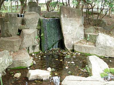 金山緑地公園内の滝
