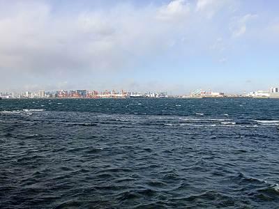 城南島海浜公園から見るお台場方面