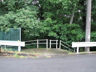 所沢西部浄水場横の森への入口