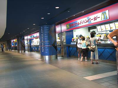 東京競馬場新スタンド内のカウンタ