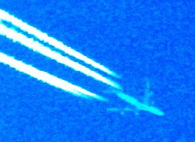飛行機雲の飛行機の拡大図
