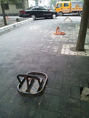 北京の駐車場の金具