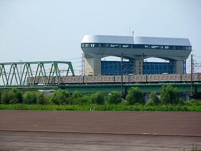 彩湖の流入堤とその後ろに武蔵野線とさくらそう水門