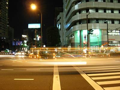 夜の青山一丁目交差点